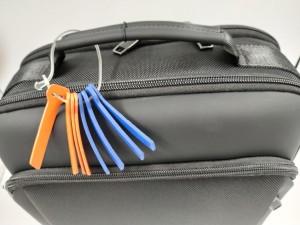 Рюкзак для ноутбука 15.6 BOPAI 61-07311 черный ручка и бирки крупным планом