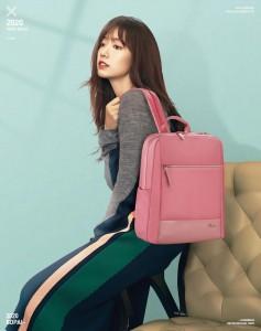 Женский деловой рюкзак для ноутбука 14 BOPAI 62-51316 розовый демонстрирует модель