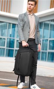 Рюкзак дорожный мужской Mark Ryden MR9288 в руке у молодого человека