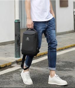 Рюкзак однолямочный мужской OZUKO 9078 черный у модели в руке