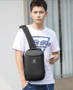 Рюкзак однолямочный мужской OZUKO 9078 черный демонстрирует модель