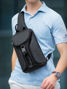 Рюкзак однолямочный Mark Ryden MR7369 черный на модели фото 1