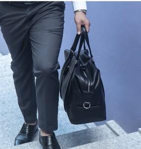 Деловая дорожная мужская сумка J.M.D. 6007A в руке у мужчины в деловом костюме