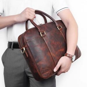 Мужская кожаная сумка для документов J.M.D. 7349Q у мужчины в руке