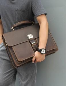 Мужской ретро портфель J.M.D. 7164R коричневый в руке у мужчины