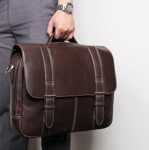 Портфель кожаный J.M.D. 7396Q коричневый у руке у мужчины