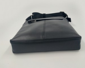 Сумка планшет из натуральной кожи J.M.D. 1048A черная фото дна сумки